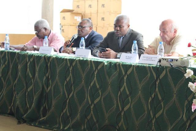 Les panélistes, de la gauche vers la droite, Dr MBA Alphonse (Directeur Adjoint de l'ENSTP), Pr NKENG George ELAMBO (Directeur de l'ENSTP), Pr ESOH ELAME (Enseignant à l'ENSTP) et Dr Jacques MARTEL (Enseignant à l'ENSTP)